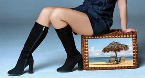 Situação da mulher do viajante na mala de viagem retro fotografia de stock royalty free