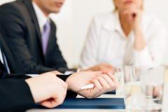Situação de negócio - equipe na reunião fotografia de stock