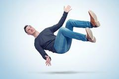 A situação, o homem na roupa ocasional está caindo Conceito de um acidente fotos de stock royalty free