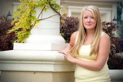 Situación adolescente al lado del pilar Fotos de archivo