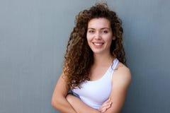 Situación adolescente sonriente con los brazos cruzados Foto de archivo