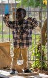 Situación africana del niño pequeño, el pequeño jugar de los niños fotografía de archivo