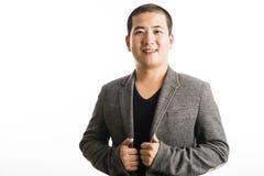 Situación asiática joven del hombre aislada en blanco Foto de archivo libre de regalías