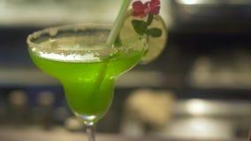 Situación de adornamiento de las frutas del cóctel alcohólico en contador de la barra en pub Ensalada de fruta verde y anaranjada almacen de video