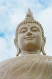 Situación de Buda en fondo del cielo azul fotografía de archivo