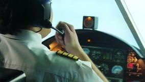 Situación de funcionamiento experimental enfadada con exceso de trabajo del avión y de la información al despachador almacen de video