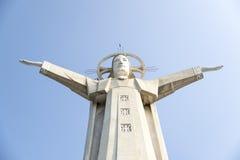 Situación de Jesús del gigante con los brazos de la abertura Foto de archivo libre de regalías