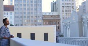 Situación de la empresaria en balcón en la oficina 4k metrajes