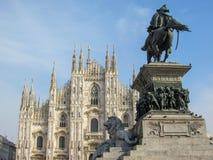 Situación de la iglesia de Milan Cathedral orgullosa en Piazza del Duomo en Milán, Lombardía, Italia en febrero de 2018 foto de archivo libre de regalías