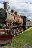 Situación de la locomotora de vapor en alguna pista de ferrocarril vieja en sol fotografía de archivo libre de regalías