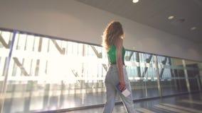 Situación de la muchacha en la ventana en aeropuerto antes de subir el avión almacen de metraje de vídeo