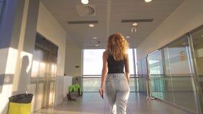 Situación de la muchacha en la ventana en aeropuerto antes de subir el avión almacen de video