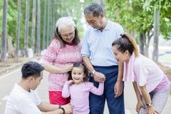 Situación de la niña con su familia en el camino fotografía de archivo libre de regalías