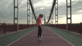 Situación de la ropa de deportes de la muchacha que lleva hermosa en sus dedos del pie almacen de video