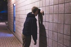 Situación del adolescente del trastorno en un pasillo imágenes de archivo libres de regalías