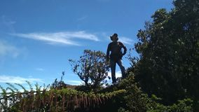 Situación del aventurero del hombre en la montaña y mirada alrededor almacen de metraje de vídeo