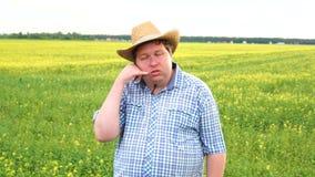 Situación del granjero en campo y fabricación que una llamada de firma en un día soleado almacen de video