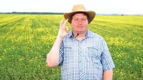 Situación del granjero en el campo y la muestra de la autorización, sombrero el mostrar de vaquero del desgaste en un día soleado metrajes
