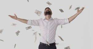 Situación del hombre bajo llover billetes de banco almacen de metraje de vídeo