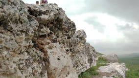 Situación del hombre y de la mujer en las rocas almacen de video