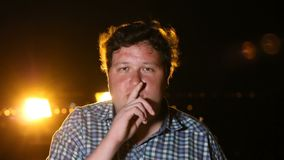 Situación del hombre y mostrar gesto del silince en la noche al aire libre, retrato metrajes
