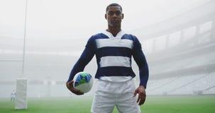 Situación del jugador del rugbi con la bola de rugbi en el estadio 4k almacen de video
