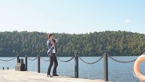 Situación del pescador en la orilla y el intentar coger pescados almacen de metraje de vídeo