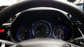 Situación del regulador del tablero de instrumentos del coche de alta tecnología con el volante Imágenes de archivo libres de regalías