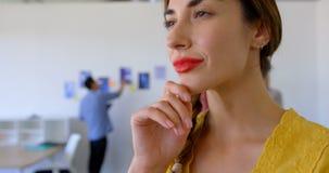 Situaci?n ejecutiva femenina cauc?sica bonita en la oficina moderna 4k almacen de video
