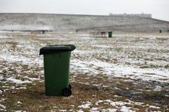 Situación en blanco del bote de basura del espacio del anuncio en un campo de la comida campestre en invierno imagen de archivo