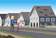 Situación feliz de la madre y de la hija cerca de la casa urbana libre illustration