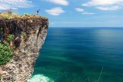 Situación feliz de la muchacha al aire libre en orilla de mar del acantilado del borde La felicidad y la libertad gozan fotos de archivo