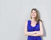 Situación femenina alegre con los brazos cruzados y que miran lejos Fotografía de archivo libre de regalías