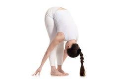 Situación femenina de la yogui en actitud delantera del doblez Foto de archivo libre de regalías