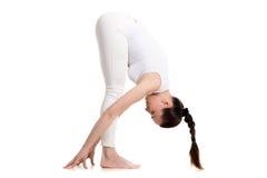 Situación femenina de la yogui en actitud intensa del estiramiento Imágenes de archivo libres de regalías