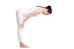 Situación femenina de la yogui en asana a medias delantero de la curva Imagen de archivo