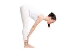 Situación femenina de la yogui en asana a medias delantero de la curva Imagen de archivo libre de regalías