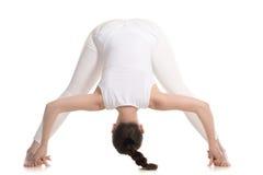 Situación femenina de la yogui en curva delantera Legged ancha Foto de archivo libre de regalías