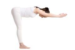 Situación femenina de la yogui en la actitud de Ardha Uttanasana Foto de archivo libre de regalías
