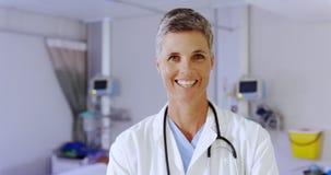 Situación femenina del doctor en la sala en el hospital 4k almacen de video