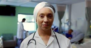 Situación femenina del doctor en la sala 4k almacen de metraje de vídeo