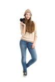 Situación femenina joven sonriente con la cámara del slr Imagen de archivo