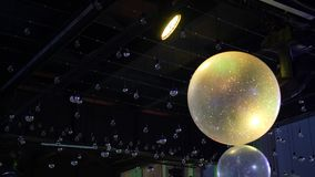 Situación grande aérea de la bola en el pasillo contra el techo grande almacen de video