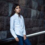 Situación hermosa del inconformista de la chica joven Fotografía de archivo
