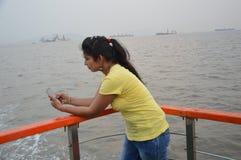 Situación india hermosa del retrato de las mujeres en barco foto de archivo
