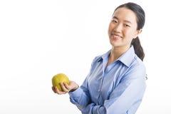 Situación joven de la mujer de negocios aislada en blanco imagen de archivo