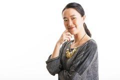 Situación joven de la mujer de negocios aislada en blanco Foto de archivo