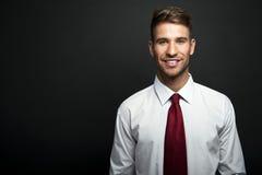 Situación joven hermosa del hombre de negocios Imagen de archivo libre de regalías