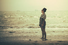 Situación maravillosa de la mujer, riendo y teniendo alegría en la playa Imagenes de archivo