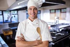Situación masculina del cocinero con los brazos cruzados en cocina imagen de archivo libre de regalías